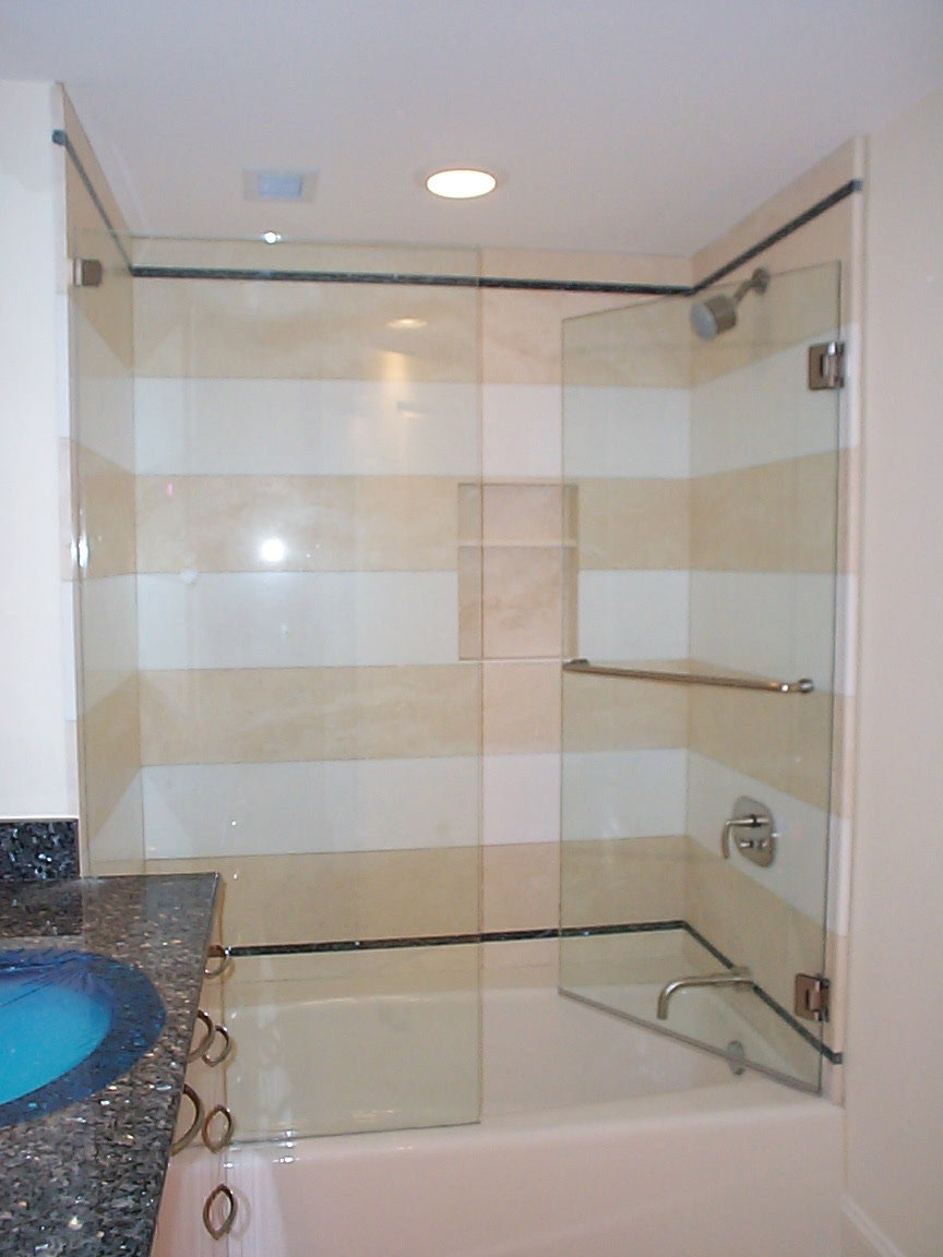 Tub with door and fixed panel